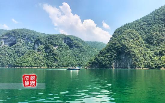 江上往来的船只很多,也有不少人是包船乘坐小艇,可以尽情泛舟。