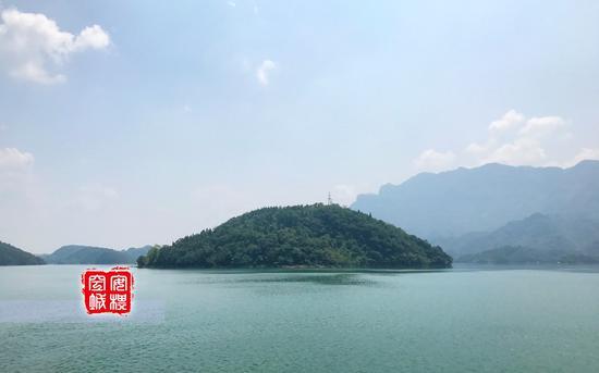 三百里的清江画廊,境内峰峦叠嶂,数百翡翠般的岛屿星罗棋布,灿若绿珠。
