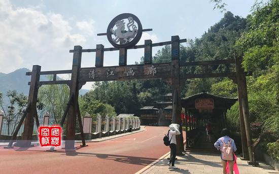 检票进入景区大门以后,需要穿过一个长廊,然后才到达码头。