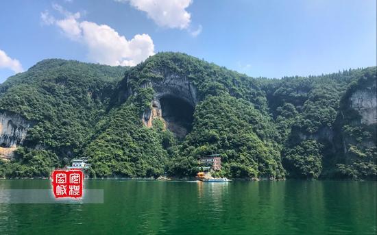 游览清江一定要挑个好天气,蓝天绿水中,你会觉得自己在画中行走。