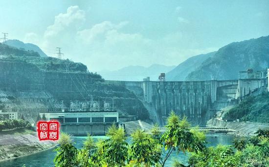 这个大坝就是把清江水拦起来的。