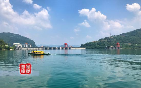 天气好的时候,清江水比较平静,倒影非常清晰好看。