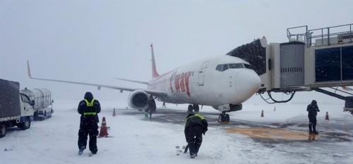 机场进行除雪作业