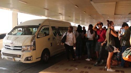 乘客紧急转移。(图片来源:泰国《世界日报》)