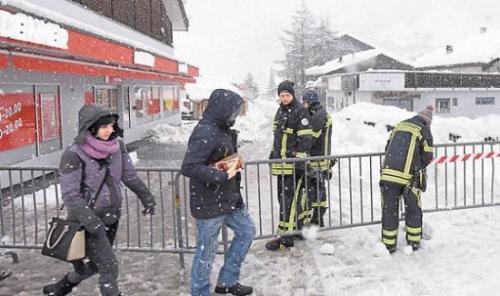 图为策马特当局人员封锁道路。(图片来源:法新社)