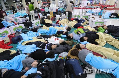 大批滞留游客夜宿济州机场