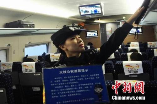 资料图:G602次列车乘警认真开展分档查危工作。张毅 摄