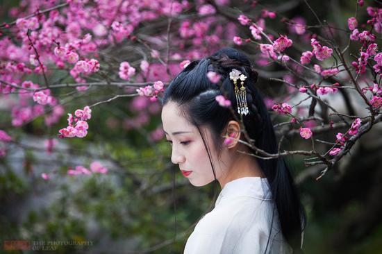 初春杭州植物园 古装美女引游客驻足
