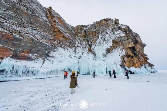 贝加尔南线:雪纷飞,纯白世界里的气泡冰