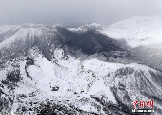 资料图:据日本媒体NHK报道,当地时间1月23日上午10时许,位于日本群马县草津町的草津国际滑雪场发生雪崩,目前已造成至少15人受伤。