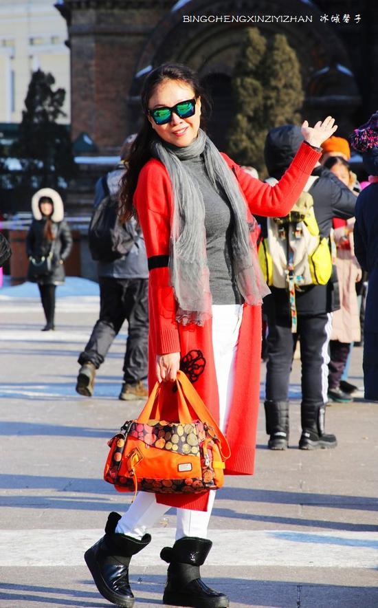大年初二的哈尔滨,游人流连索菲亚教堂广场笑欢颜