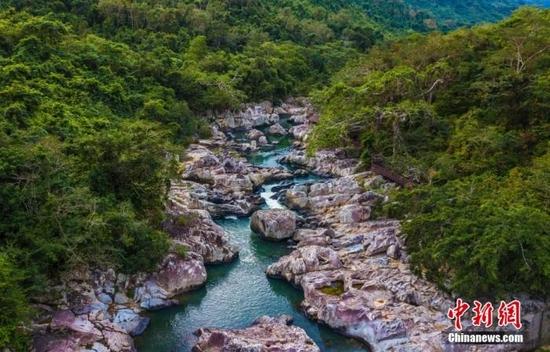 航拍海南呀诺达热带雨林景区,鸟瞰秀美山水、广袤雨林。中新社记者 骆云飞 摄
