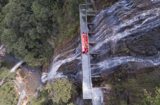 挂在瀑布上的玻璃栈道