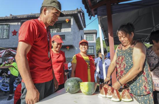 游客品尝西瓜