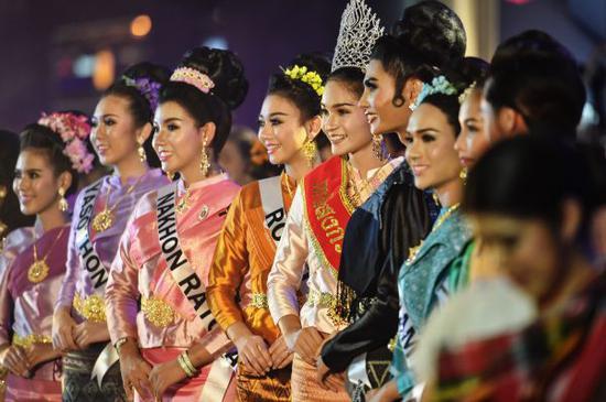 """泰国曼谷举行""""魅力宋干""""欢乐巡游。 新华社记者 李芒茫 摄"""