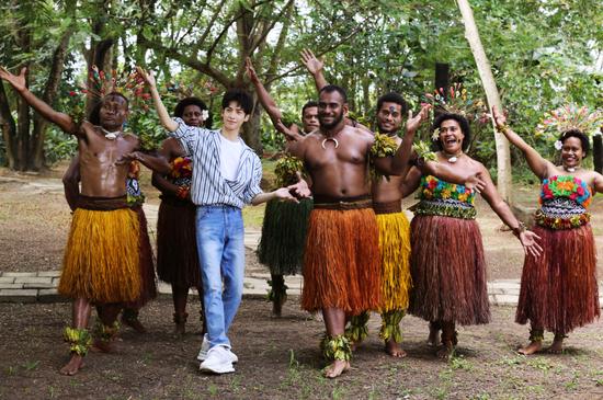 罗云熙在斐济文化村与当地舞者欢快共舞