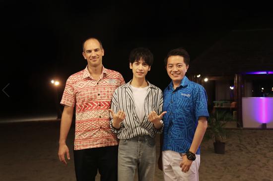 斐济旅游局首席执行官Matthew Stoeckel先生(左)、中国青年演员罗云熙(中)、斐济旅游局大中华区总监兼首席代表郑入瑞(Vincent Zheng)先生(右)