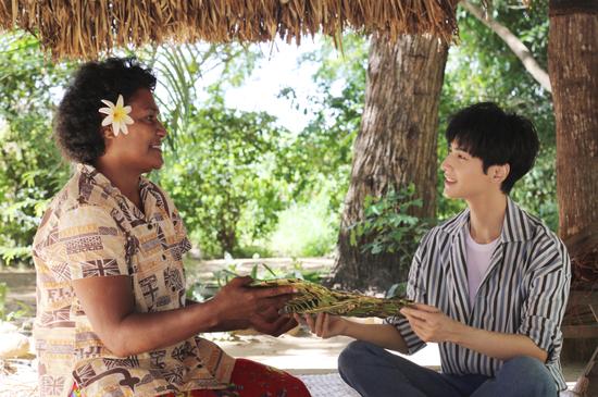 罗云熙在斐济文化村体验手工艺制作