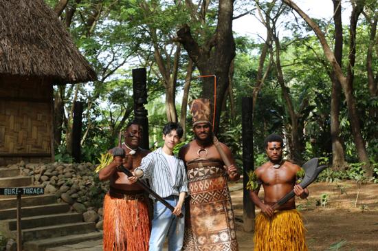 罗云熙在斐济文化村与当地舞者合影