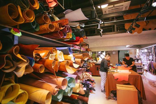 """在""""阿里皮艺""""制作一款独一无二的皮包作为伴手礼 (图片来源:香港旅游发展局)"""