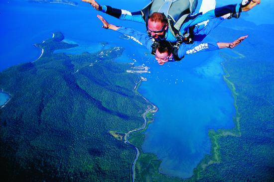 圣灵群岛艾尔利海滩跳伞