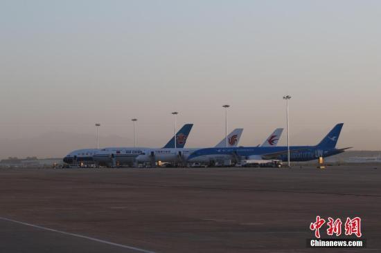 图为北京首都机场内,即将飞赴大兴机场的四架飞机。 图片来源:视觉中国