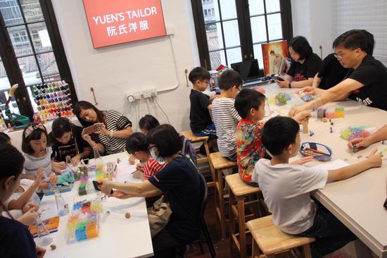 和孩子一起创作独一无二的手工艺品 (图片来源:大馆官网)