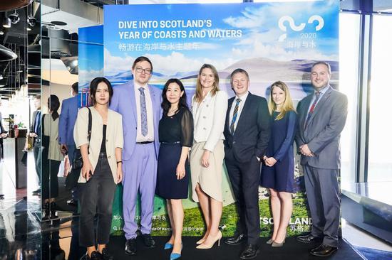 与会嘉宾:左二 苏格兰政府国际司主管David Johnston先生;左三 王安敬 女士 英国大使馆苏格兰事务办公室副主管; 中间 苏格兰旅游局公关经理Laura Mitchell女士; 右三 苏格兰贸易,投资和创新大臣Ivan McKee先生;右二苏格兰旅游局市场经理Hazel Sellar女生;右一 英国大使馆苏格兰政府驻华代表Martin McDermott先生
