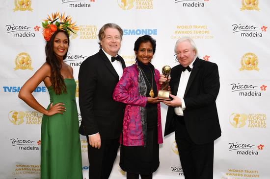 玛蒂豪酒店创始人Chintra Stern(右二)和Roman Stern(左二)夫妇携手出席在马德拉举行的世界旅游奖官方颁奖典礼
