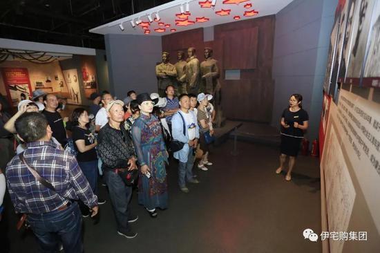 内蒙古民族解放纪念馆内工作人员为车友们细心讲解