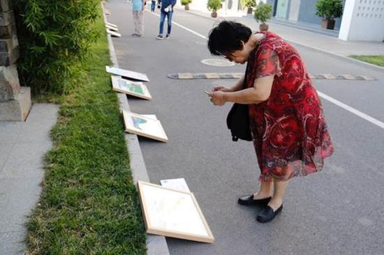"""让北京人为之""""折腰"""":玉树藏区儿童艺术公益画展在京开幕"""