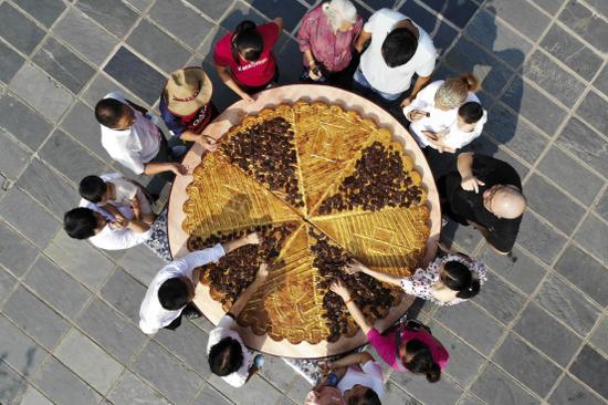 直径长达2米的巨型辣条月饼