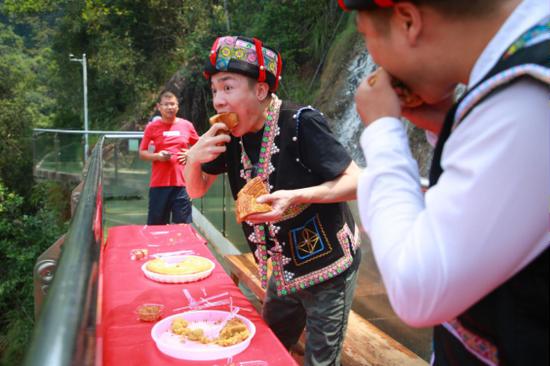 游客在玻璃栈道上大口吃月饼