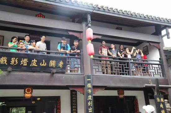 关山古镇中秋节庆活动吸引国内外游客驻足观看
