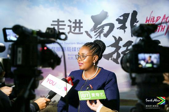 南非旅游部部长马莫罗科·库巴伊-恩古巴内Mmamoloko Kubayi-Ngubane女士接受媒体采访