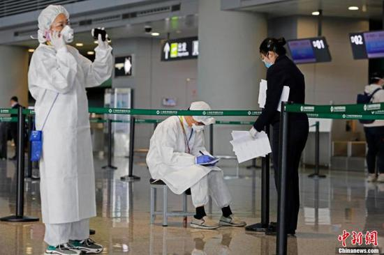资料图:机场工作人员与航空公司对接旅客信息。 殷立勤 摄