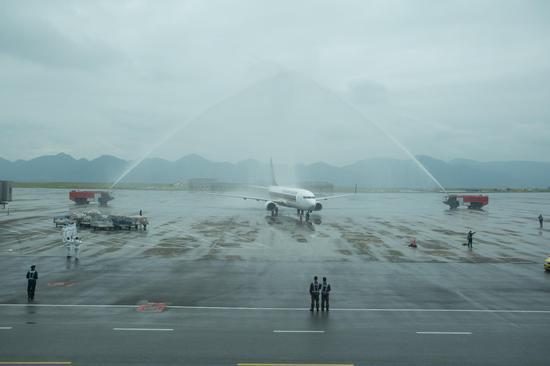 3月8日,新加坡航空的波音737-800 NG客机飞抵重庆,接受水门欢迎仪式