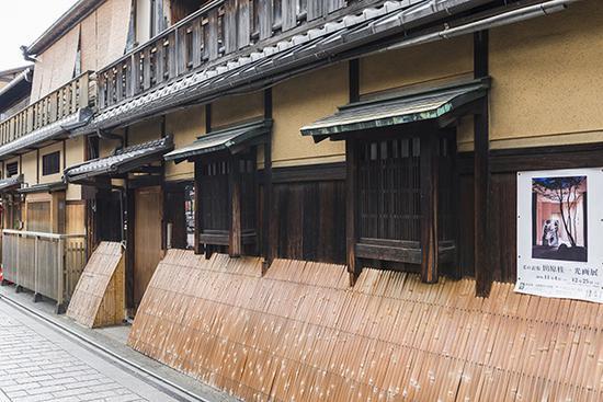 """花见小路周边的建筑,是传统的瓦顶木造的""""町家建筑""""。东方IC图"""