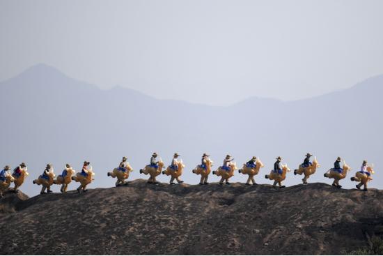 """平江石牛寨举行趣味登山节,游客参加""""骑牛""""大赛感受冬季登山乐趣"""