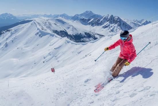 滑雪爱好者在马莫百森滑雪,享受滑雪乐趣。