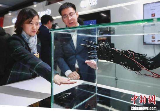 京港地铁4号线在国家图书馆站开设首个5G信号试点车站,让人们体验地铁场景中的5G应用。贾天勇 摄