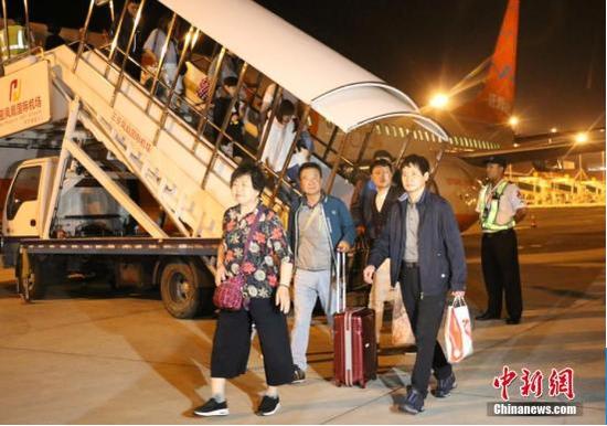 资料图:首批免签韩国游客抵三亚。中新社记者 王晓斌 摄