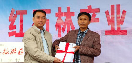 华夏湘西景群李春董事长为旅游合作社赠送民宿服务手册