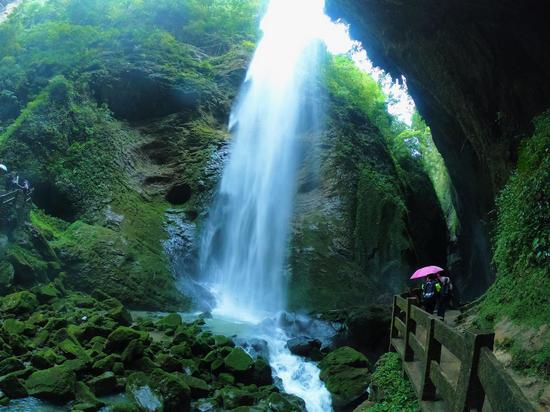 龙水峡地缝里的壮丽瀑布