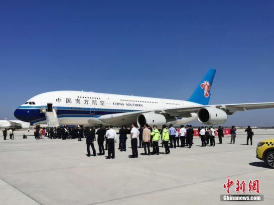 5月13日上午9时29分,首架试飞飞机——南航A380从首都机场成功飞抵北京大兴国际机场西一跑道。 中新社记者 周音 摄