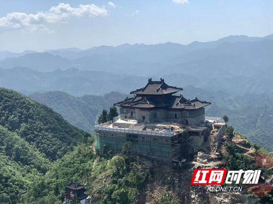 茶旅通航直升机环绕真武观航拍。