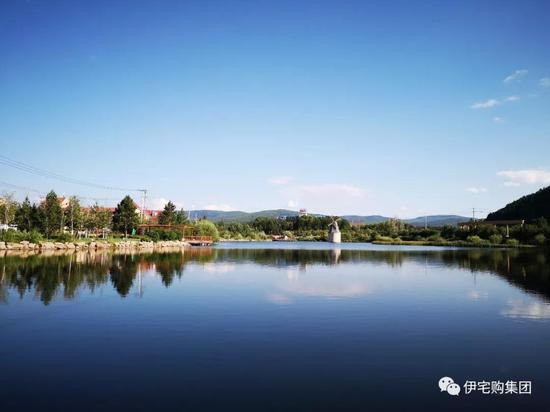 位于阿尔山市的湖泊众多,清澈见底,近乎蓝天的颜色