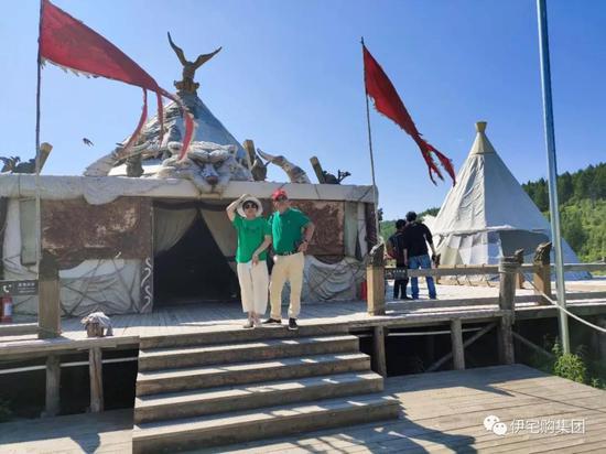 少数民族风格的露营地吸引了车友的驻足参观