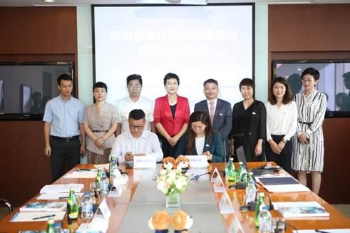 △<a href='http://travel.sina.com.cn/hainan-lvyou/?from=b-keyword' target='_blank'>海南</a>省旅文厅副厅长曹远新(前排左)、凯撒同盛集团副总裁郑丹(前排右)代表双方签约
