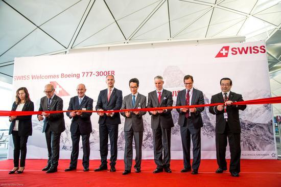 各位贵宾为瑞士航空全新波音777-300ER 型客机首飞香港航线剪彩